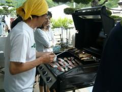 理事長の相川良子も手伝いに参加しています