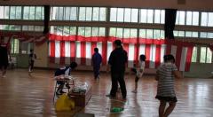 体育館で遊ぶ子どもと高校生