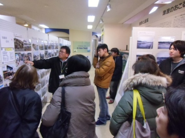 写真展示を案内する小松館長