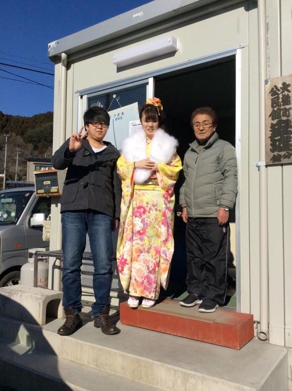 安渡分館長関さんもニコニコ、新成人と一緒に ハイ、チーズ